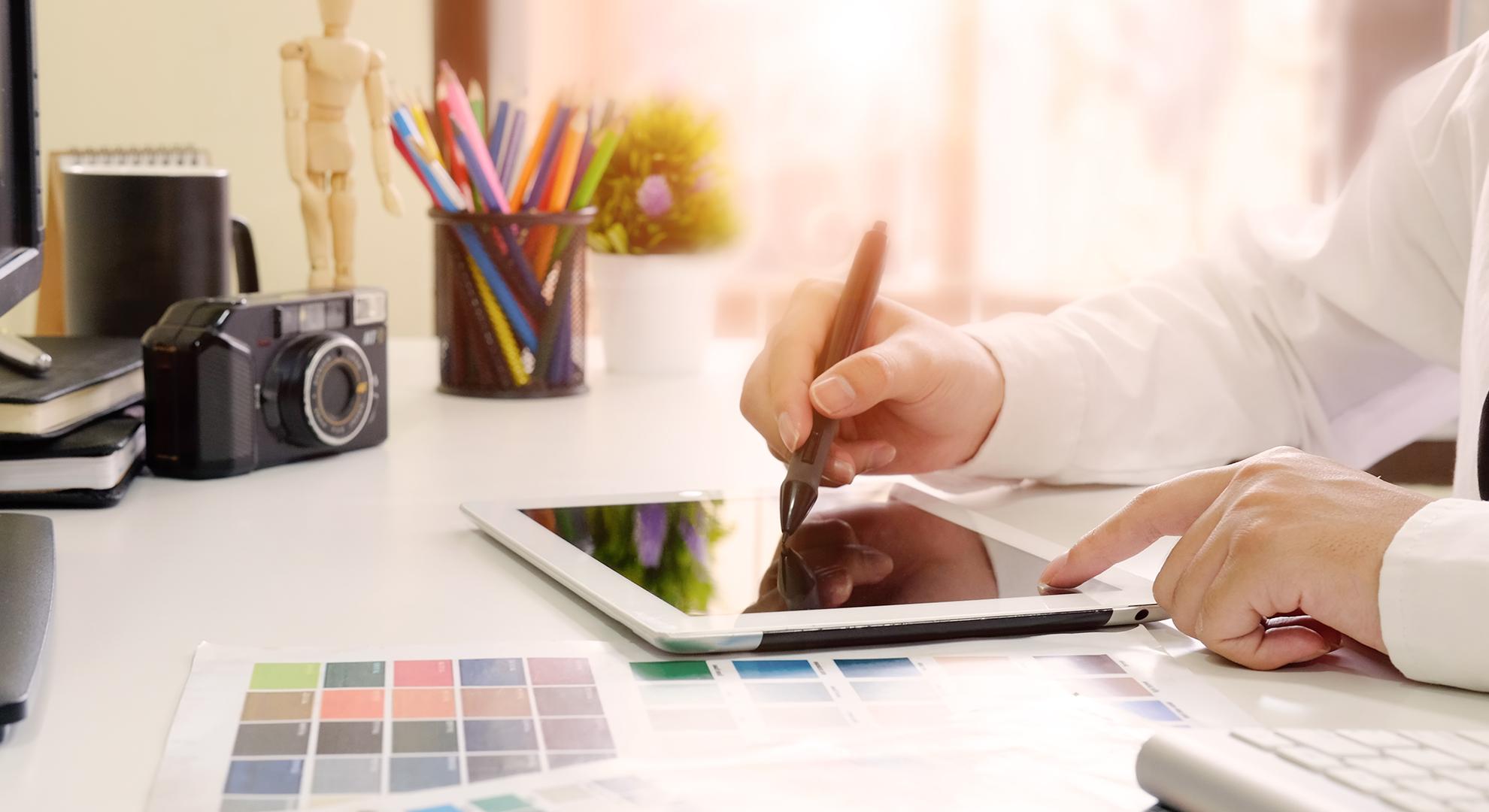 tableta grafica desen logo kelton digital marketing